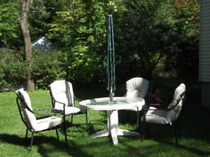 GLASS PATIO TABLE WITH 4 CHAIRS WITH CUSHIONS. TABLE DE PATIO EN