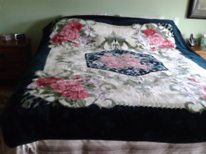 BEAUTIFUL QUEEN SPLUSH BED COVER