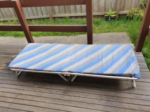 Single portable foldable bed