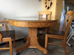 1910 ANTIQUE OAK DINING TABLE AND 6 CHAIRS