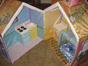 Doll House w/Accessories / Maison de poupée avec des accessoires
