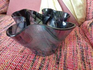 beau vase moderne en verre mauve noir  3 1/2 po. de haut