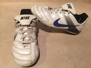 Youth Nike Outdoor Soccer Cleats Size 2 London Ontario image 5