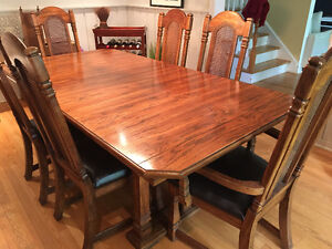 Dining table and 6 chairs  / Table salle a manger, 6 chaises