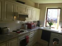 SHORT TERM holiday or festivival double bedroom self breakfasting kitchen / beautiful garden views.