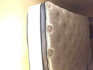 King mattress/awesome condition/comfy/topper attached/high-quail