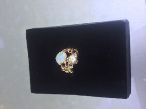 Beautiful 14kt yellow gold, opal and diamond ring