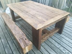 Table à manger et bancs fait de bois de grange centenaire