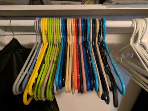 37 cintres supports colorés en plastique // 37 clothes hangers