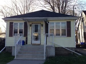 4 BDRM STUDENT HOME - $425 - MAY 1 - GEORGE & PARKHILL