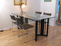 Table en verre et 4 chaises