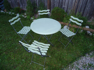 TABLE AND 4 CHAIRS Kitchener / Waterloo Kitchener Area image 1