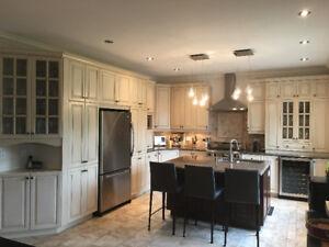 Armoires de cuisine en érable et comptoirs de granite