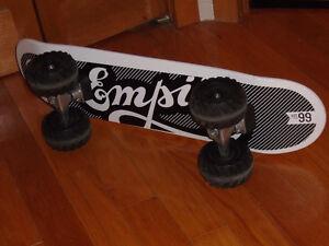 Planche a roulette skate board avec roues Monster truck