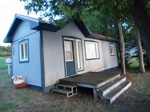 Maison mobile meublée, remise en bois à déménager