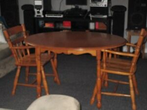 solid wood table and chairs Belleville Belleville Area image 4
