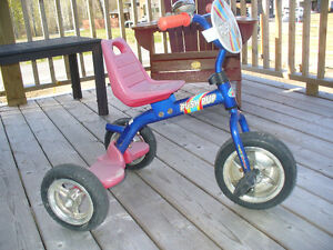 Petit tricycle rouge