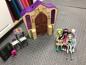 Monster high school with dolls and accessories