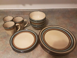 Newer Dish Set great condition! London Ontario image 2