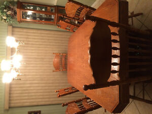 Beautiful dinning room set with buffet. Moving sale. Windsor Region Ontario image 2