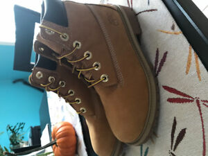 Timberland boots size 4.5 youth / Bottes Timberland 4.5 junior