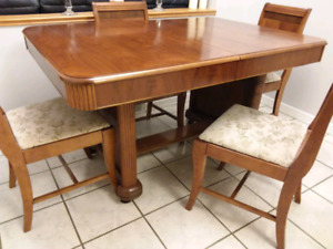 ANTIQUE DINING TABLE W. 6 CHAIRS - Pecan Finish.  GOOD CONDITION