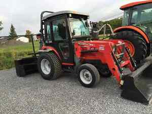 MASSEY FERGUSON 1529 TRACTOR - WITH CAB / LOADER / BLOWER