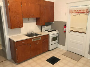 **BEAUTIFUL 1 BRM APARTMENT (HEAT&LIGHTS INCLUDED)**