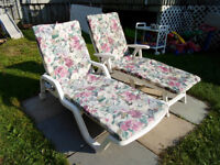 2 chaise patio en résine blanche sur roulette avec coussin