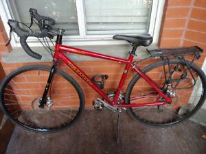 Vélos cyclotourisme avec sacoches