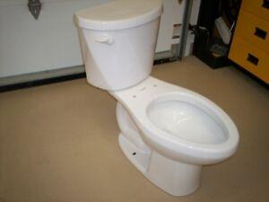 Toilette 2 pièces Blanche 6 Litres, allongée, réservoir isolé.