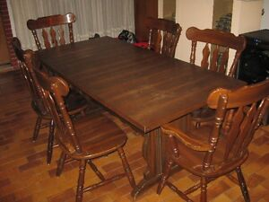 Wood dining table with 6 chairs/table en bois avec 6 chaises