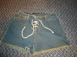 Ladies Size 7 Lightweight Stretch Jean Style Shorts