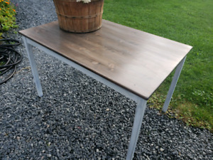CUTE RUSTIC CRAFT OR SMALL DINNING TABLE