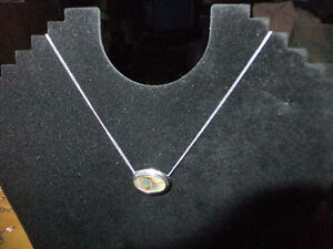 Vintage Pre-Owned Like New AVON Necklace silver tone w/Pendent