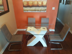 MOVING SALE ! Modern Dining Table Set