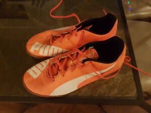 Puma Youth Indoor Soccer Shoes - sz 6