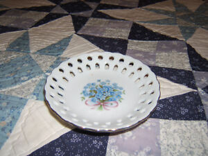 LITTLE CANDY OR SUGAR CUBE DISH WITH LITTLE BLUE FLOWERS ON IT Kingston Kingston Area image 2
