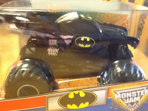 BATMOBILE 2010 HOT WHEELS MONSTER JAM