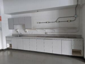 Armoires et comptoirs de cuisine et salle de bain.