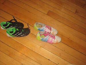 Deux paires de souliers de soccer pour enfants, en bon état
