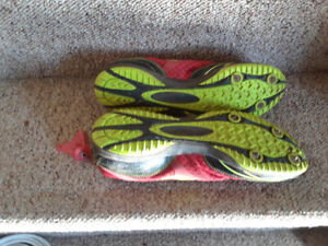 Running shoes with removable spikes