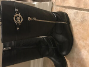 MK boots Size 4