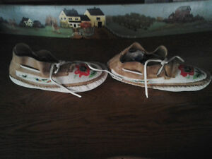 BEADED INDIAN MOCCASINS Windsor Region Ontario image 3