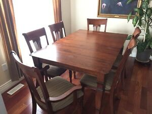Beautiful dinning room table with 6 chairs (2 captain)