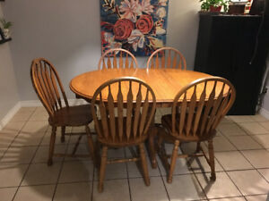 Oak dining room table, 5 chairs