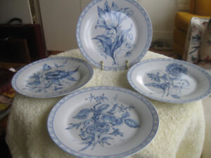 4 DECORATIVE VINTAGE FRENCH FLORAL PORCELAIN PLATES