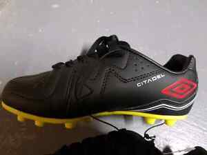 Unisex cleat soccer shoes