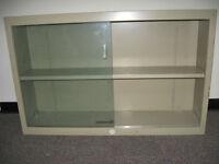 Armoire métallique vitrée