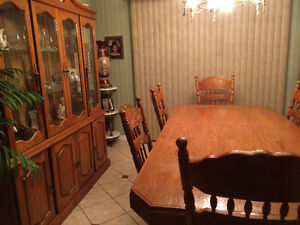 Beautiful dinning room set with buffet. Moving sale. Windsor Region Ontario image 3